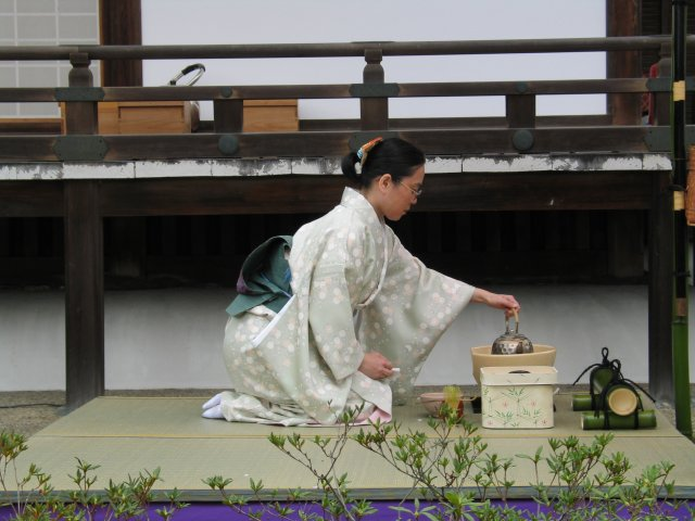 Tea_ceremony_performing_2